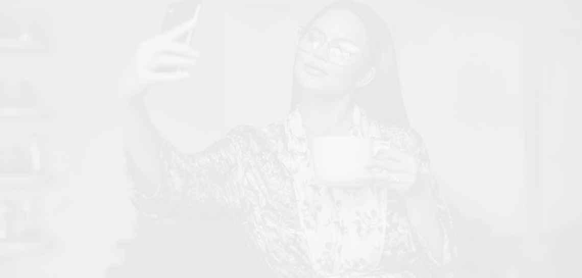 Феновете на Криси Тейгън не са доволни, че тя пие вино за 13 000 долара