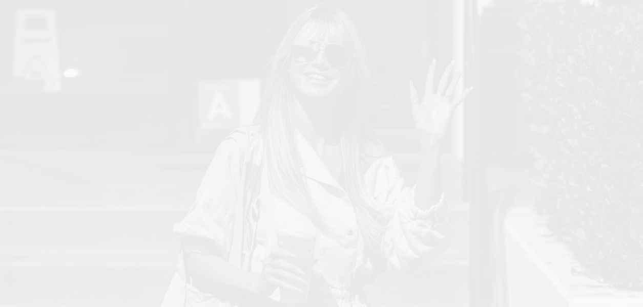 Хайди Клум (очарова) с неонов гащеризон и жълти кроксове
