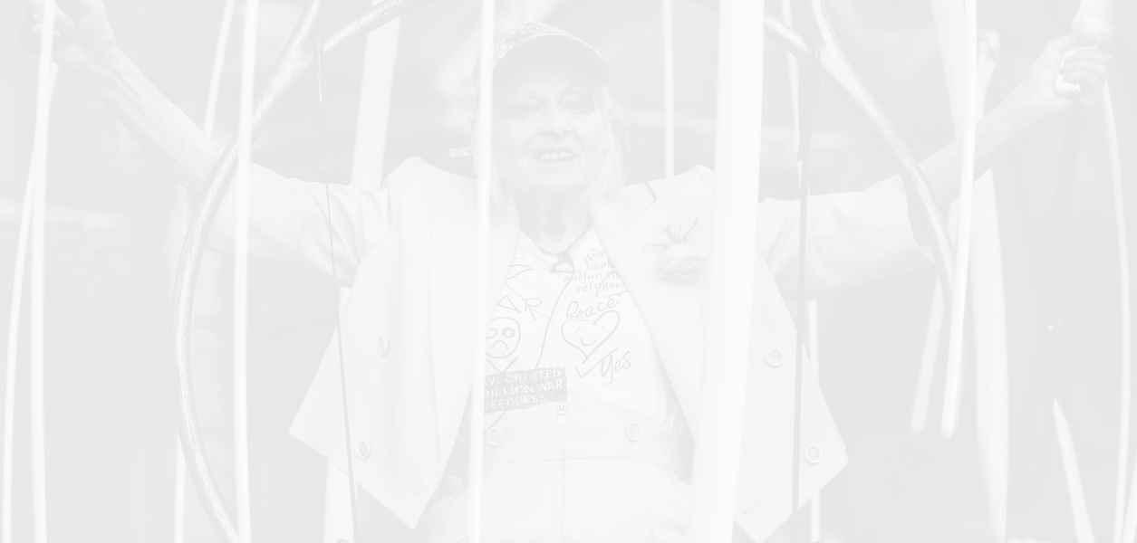 Защо Вивиан Уестууд протестира от клетка за птици в центъра на Лондон?