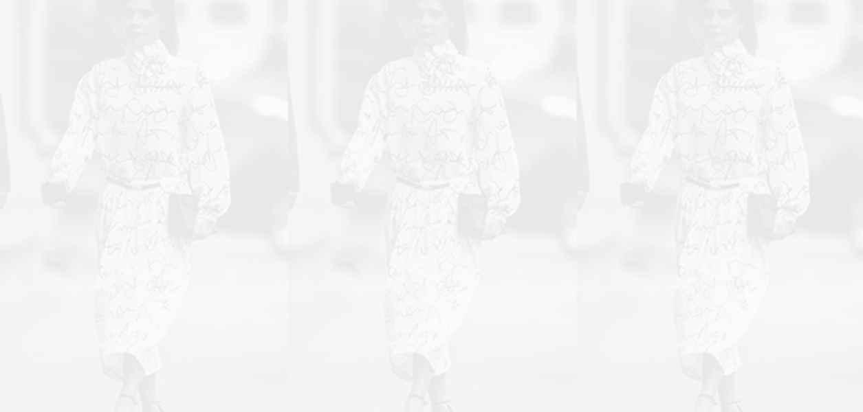 Заложи на цвета: Виктория Бекъм допълва обикновената рокля с аксесоари в цвят фуксия