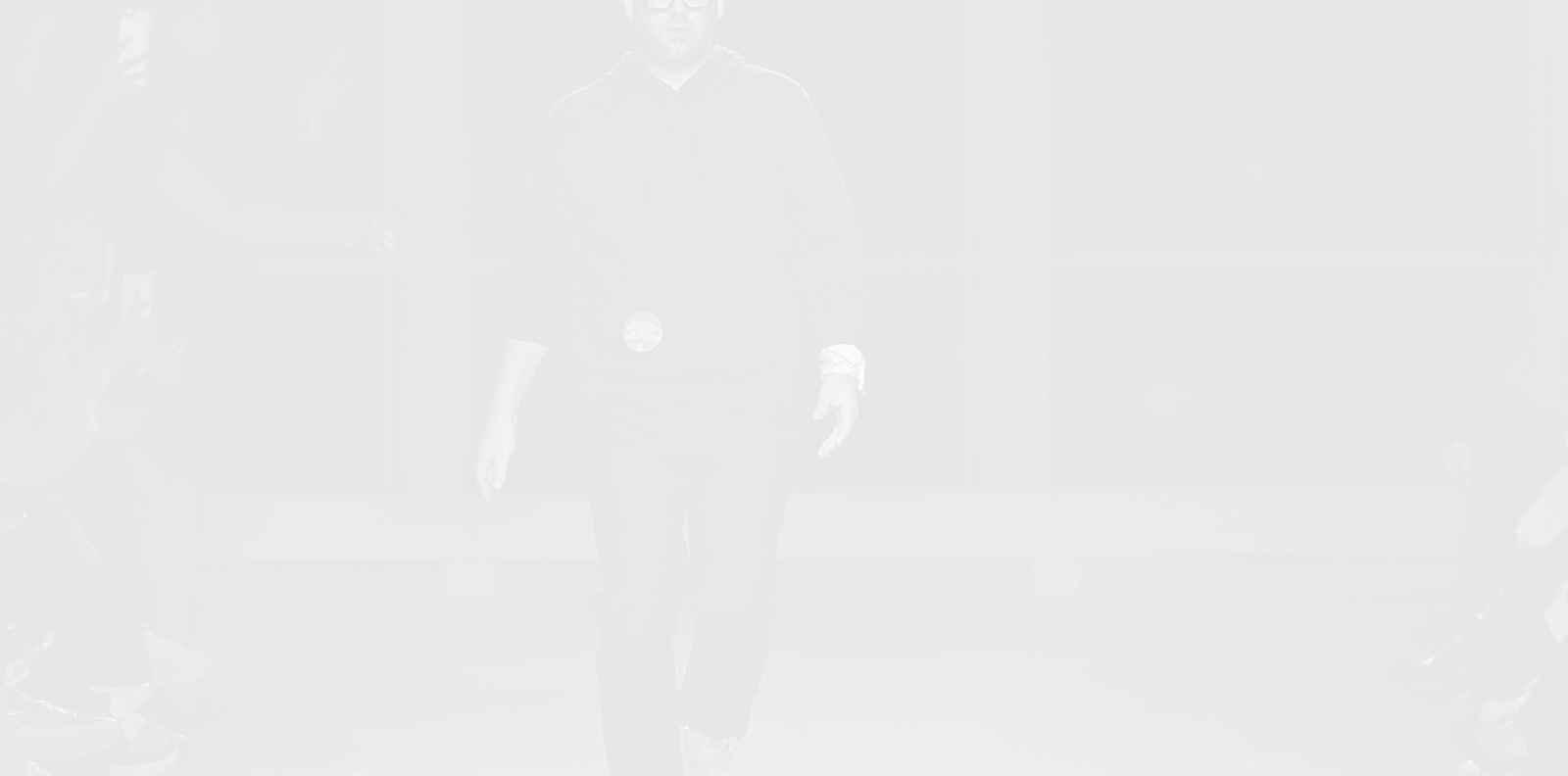 Брандън Максуел подарява рокли на булките, чиито сватби са били засегнати от коронавируса