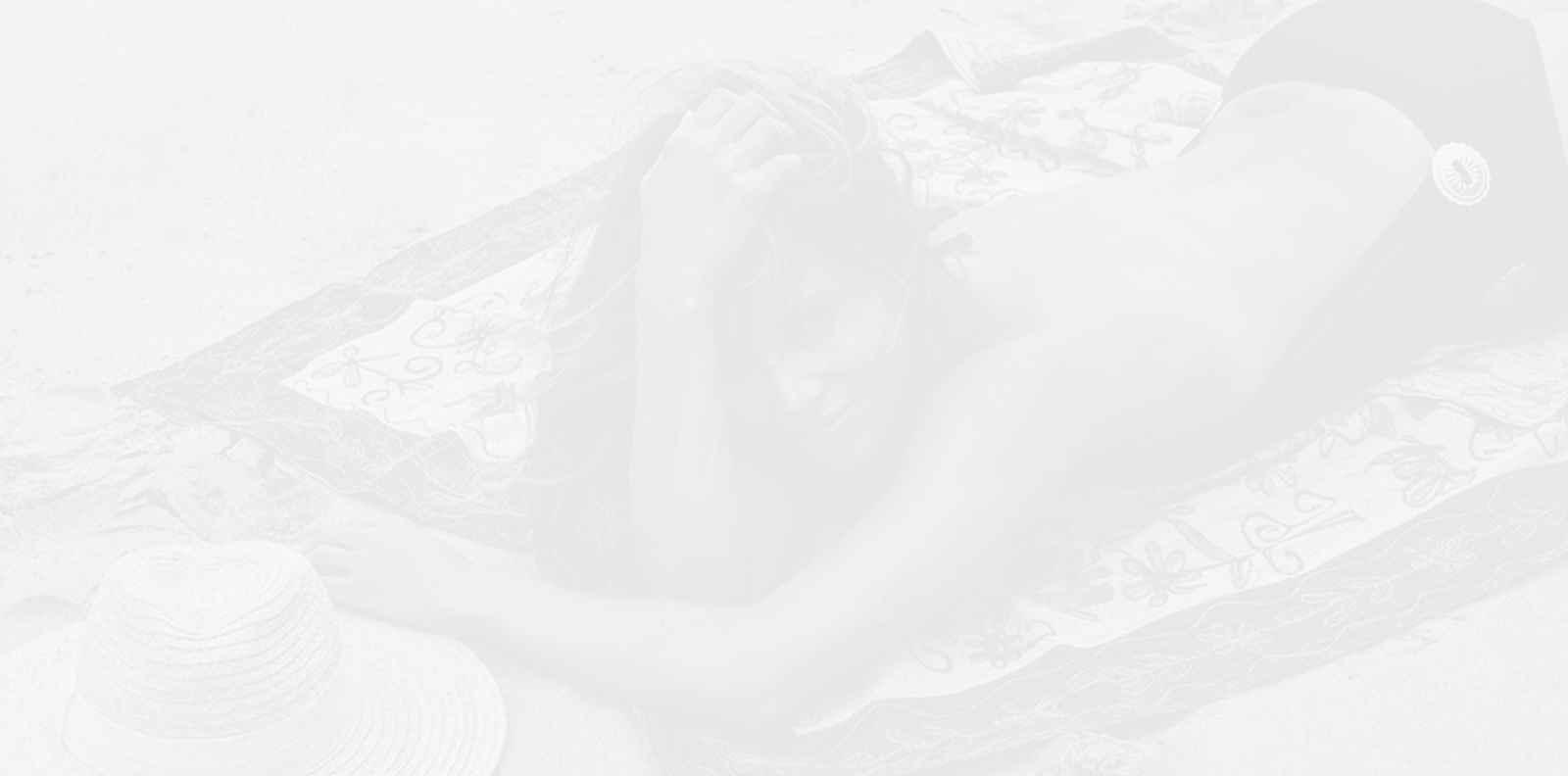 Хали Бери обича себе си, показва го с топлес селфи