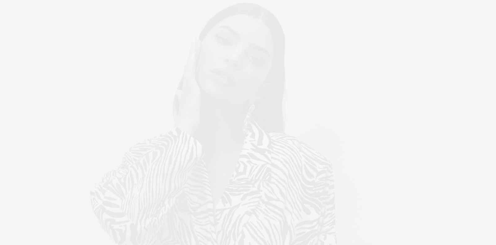 Емили Ратайковски запали истински огън с черно-бяла фотосесия
