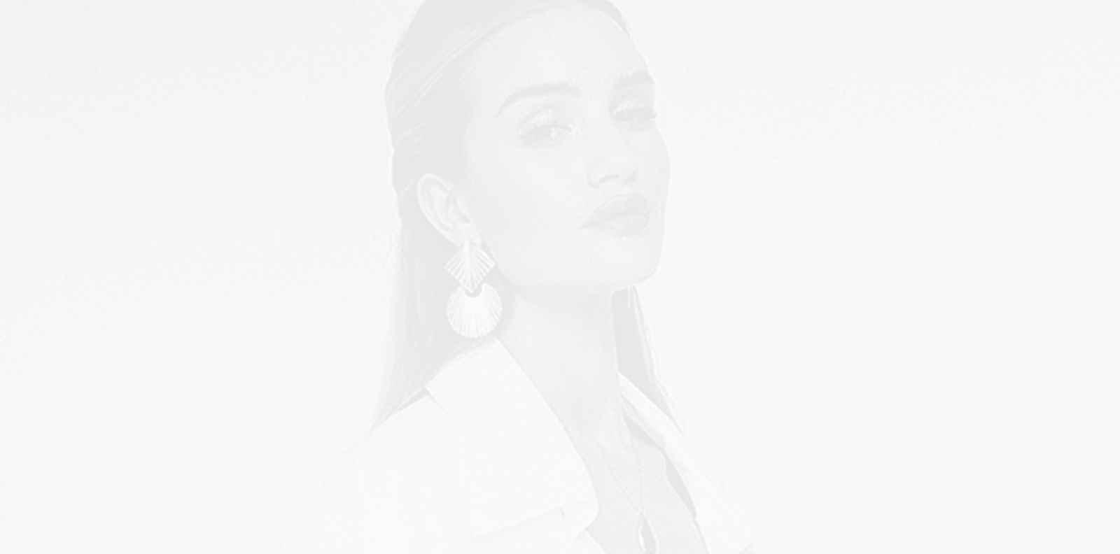 Бялото ù отива: Роузи Хънтингтън-Уайтли в total white