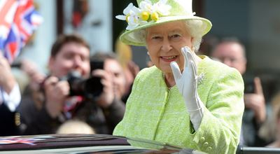 Защо кралица Елизабет маха по този начин?