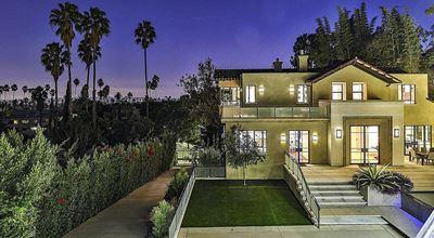 Риана продава поредното имение в Холивуд